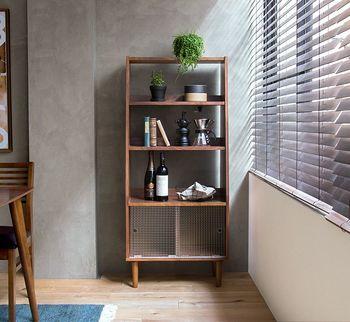 大きな家具は、お部屋の角に配置するのが基本です。お部屋の真ん中に配置するより、壁に付けて置くことで圧迫感が軽減。デッドスペースも有効に使うことができますよ。