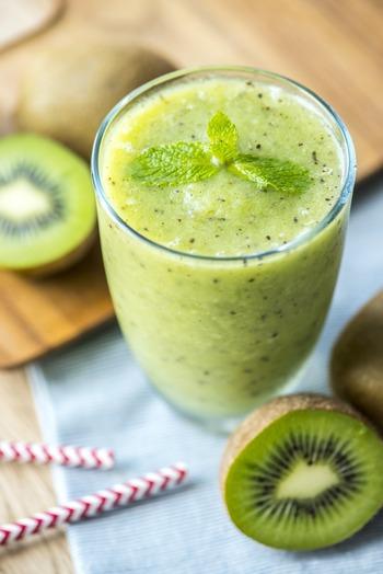 「デトックスウォーター」に比べると、よりフルーツや野菜の栄養素を体に取り込めるのが「スムージー」。 「スムージー」は、凍らせた野菜や果物をミキサーにかけた飲み物」のことで、皮や種も丸ごとミキサーにかけて作るので、食物繊維や栄養素が豊富なのが特徴です。 野菜ジュースとスムージーの最も大きな違いは、使う道具の違いなんです。ミキサーで作るのが「スムージー」、ジューサーで作るのが「野菜(フルーツ)ジュース」なんです。