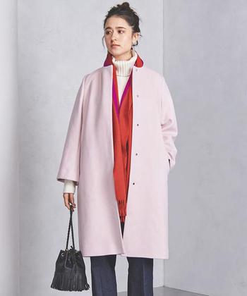 ストンとしたシンプルなシルエットのコートには、淡いピンクで可愛らしく。スカーフに同系色の赤を入れてカラーコーデを楽しみましょう♪