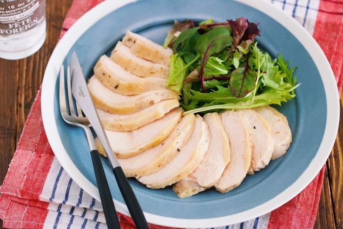 ハーブの香り漂う、しっとりやわらかな鶏ハム。材料を揉み込んで30分、お湯に入れてさらに30分で完成します。シーザーサラダやパンにはさんでもいいですね。
