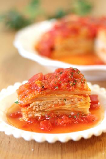 お鍋に白菜と肉だねを何層にも重ねて、最後にトマト缶とコンソメ、ローリエを入れて煮込むだけ!のミルフィーユ白菜。野菜とお肉のおいしさがギュッとつまった簡単で美味しいメインメニューです。