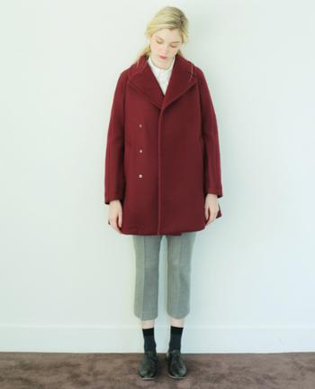 真っ赤すぎるのはちょっと…という人には、少しくすみがかった赤いコートをおすすめします。ドルマンスリーブなどのインナーを着ても大丈夫なように作られたデザインは、シルエットがおしゃれ。パンツを合わせて、大人っぽくシックな印象に決めて。