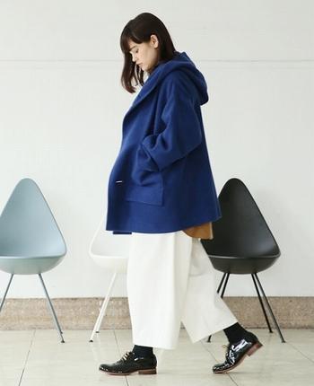 冬の寒い空に映えるきれいな青色コート。清潔な真っ白なパンツと合わせて、冬のマリンスタイルはいかがですか?ボーイッシュにもきれいめにも着こなせる一着です。