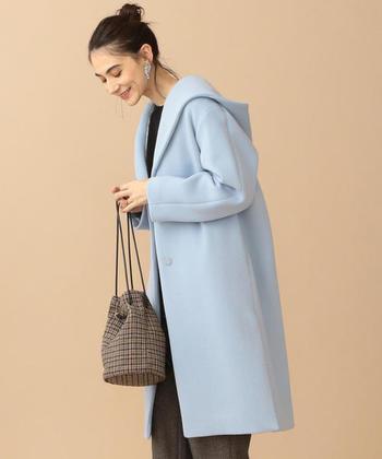 淡い水色が優しい印象のこちらのコートは、フードが取り外し可能な2WEY仕様。その日のスタイルに合わせて、カジュアルにもベーシックにも着こなしをチェンジしてみませんか?