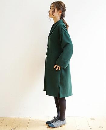 深みのある緑が、上品で可憐な印象のコート。へちま衿がかわいらしく、可愛らしく着こなすことが出来ます。