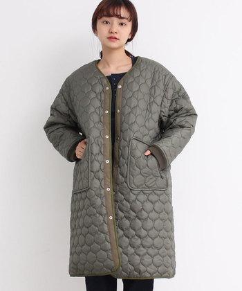 モスグリーンカラーが綺麗な、リバーシブルで使えるキルティングコート。丸いキルティングが可愛らしいですね。