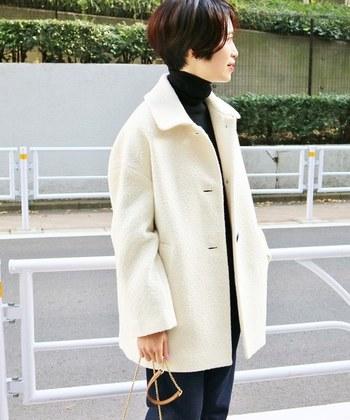着るだけで華やかな印象のホワイトカラー。ショートカラー丈なら、ワンピースと合わせたりロング丈にはないメリハリのある着こなしが楽しめますよ。