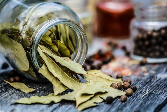 ローレル、ロリエとも呼ばれる「ローリエ」は、月桂樹(ゲッケイジュ)の葉を乾燥させたハーブ(香草)。葉に含まれるリナロール、シネオール、オイゲノールなどの精油成分が食材の臭みを消し、爽やかな香りを付けてくれます。今回は、そんなローリエを使ったレシピをご紹介します。