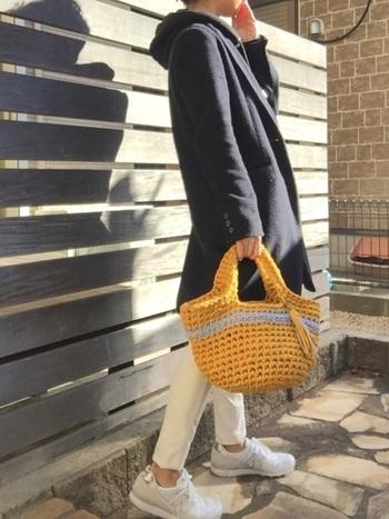 """オランダで人気の編み糸""""ズパゲッティ""""で編まれたマルシェバッグは、ざっくりとした網目が素朴な印象に。手軽に編むことができるので、ハンドメイドでも人気のアイテムです。"""