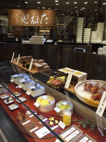 創業は明治5年、近江を代表する老舗の和菓子店「たねや」。手作り最中が人気ですが、バレンタイン時期には期間限定の最中が登場するんですよ。