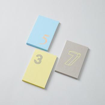 そこで、思わず広げたくなるようなおしゃれなノートやメモ帳を集めてみました。おうちでじっくり使いたいノートと、持ち歩きたいメモ帳の種類別に、素敵なデザインのものをピックアップしたのでぜひチェックしてみてください。