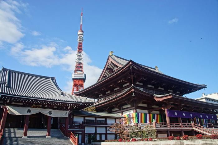 お寺のバックに映える東京タワー。近くに寄ると、そのパワーに圧倒されます。