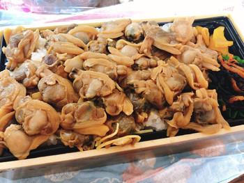 こちらは、「つきじ喜代村」で人気№1の『深川弁当』です。 ふっくらとしたたくさんのアサリがぎっしりとご飯の上に乗ったボリューム満点のお弁当。 アサリは甘辛くやわらかな歯ごたえで、細切りにした牛蒡や、錦糸卵も下に隠れています。