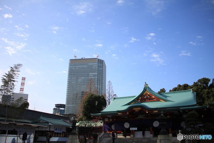 高層ビルとのコントラストは、東京都心ならではの風景です。