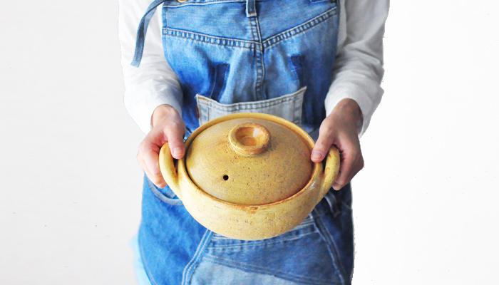 まずなくてはならないのが、「ひとり分の鍋」。大きさは18cm~20cmほどがいいでしょう。 大きすぎると分量の調整がむずかしく、作り過ぎてしまったり、食べ残してしまったり、ひとり鍋の手軽さが半減してしまうことも。  土鍋や鉄鍋、フッ素加工が施された鍋などいろいろな種類があります。 土鍋は、熱しにくく、冷めにくい特徴があります。食材にじっくりと火が通ることで、うま味を引き出してくれます。また、すき焼きでは、食材を炒めるため鉄鍋が適していたりと、調理法によって様々です。自分にとってどのような鍋が使いやすいか、見極めて鍋を選びましょう。