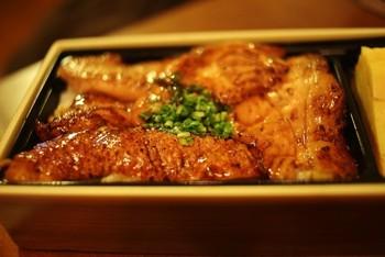 たっぷりの蒲焼サーモンは、さっぱりとした甘辛ダレで味付けされています。ヘルシーなお魚で、お肉のような満足感が味わえます。一口食べるごとに口の中に幸せが広がりそう*