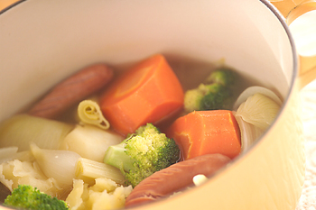 たっぷりのゴロゴロ野菜とソーセージでお腹が満足するポトフ。体もポカポカ温まります。ブロッコリーはサッと下ゆでして、後から加えるのがポイント。