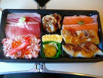 大ぶりのサーモン、ホタテ、蟹がたっぷりと入った『鮭・蟹・ホタテ弁当』。色合いも鮮やかで、ひとつひとつ楽しみながらいただきましょう。