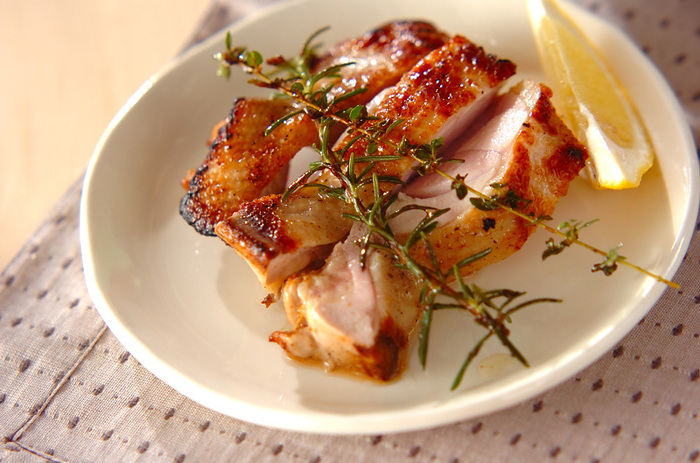 ローリエの他にも、タイム・ローズマリーを使って作るチキンのマリネ焼きは、香りがよくしっとり。鶏もも肉をマリネ液に30分漬けて焼くだけの手軽さが嬉しいレシピです。
