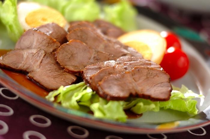 やわらかくさっぱりとした風味の、豚肉の紅茶煮。豚肉を紅茶とローリエで煮ることで臭みを消して風味豊かになります。3時間程度置けば食べられますが、一晩おけばさらに味がしっかり染み込みますよ。