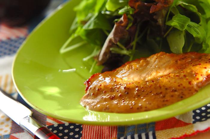 トンカツ用の豚ロース肉で作る、豚肉ソテークリームソース。生クリームと粒マスタードで作るソースにローリエを加えて、味に奥行を作ります。いつもの豚肉をちょっとおしゃれにアレンジしたい時におすすめのメニューです。