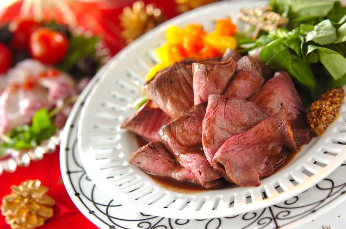 パーティの主役にぴったりの本格的なローストビーフ。しっかり焼き色をつけた牛もも肉に、ローリエとタイムをのせてお肉の旨味を引き出します。トロミのある赤ワインのソースも◎。