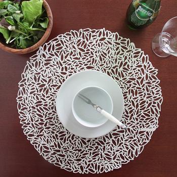 一見レースのように見えますが、こちらは塩化ビニルで作られたランチョンマットです。 大人っぽいテーブルコーディネートができます。