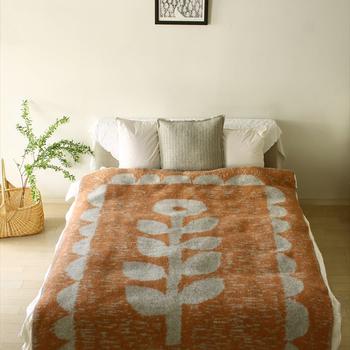 大きなサイズのブランケットもベッドにふわっとかけると暖かみのある寝室になります。