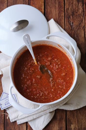 野菜とお肉をコトコト煮込んで作る、まろやかでやさしい味わいのミートソース。煮込む時にはローリエを入れるのを忘れずに!たっぷり作ってパスタやグラタン、オムライス等にアレンジも♪