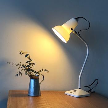 ライトが当たる場所を細かく調整できるタスクランプは間接照明を作るのに役立ちます。