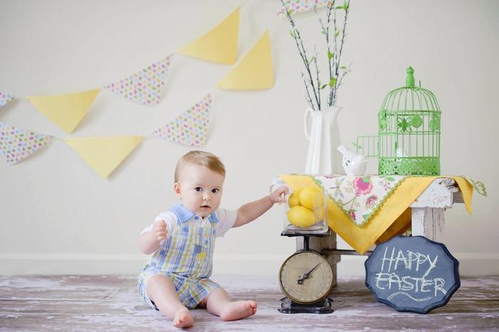 新生児のうちはじっとしている赤ちゃんも、ハイハイを始める頃には周囲にあるいろいろなものを口に入れようとします。 ママにとってはベビーグッズの収納は出し入れが簡単なほど楽なのですが、赤ちゃんに触れさせたくないものがある時は、コンテナボックスにしまうなどの「隠す収納」にする方が安全です。また、どうしても出しっぱなしにしておかないと不便なものは、なるべく赤ちゃんの手に届かない高い位置に置くようにしましょう。