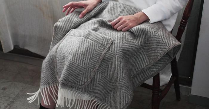 こちらもウール100%のポケット付きのショールです。 座っている時はブランケットとして、ちょっと動く時は肩にふわっとかけて使い方もいろいろです。