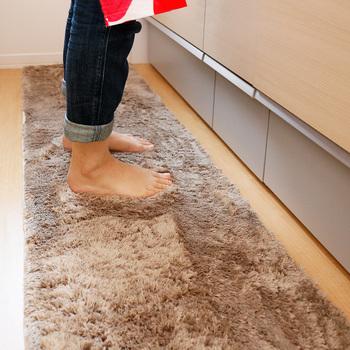 足元が冷えやすいキッチンにも起毛素材のマットを敷くことでずいぶんと体感温度が変わります。