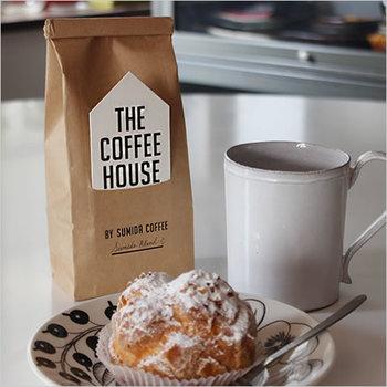 """コーヒー豆は注文してから焙煎して出荷するので、ご自宅でも煎りたての美味しいコーヒーが楽しめます。""""THE COFFEE HOUSE""""のタグをポイントにした、シンプルなデザインのパッケージがおしゃれな雰囲気ですね。ちなみにハウス型のタグには、ローストの種類や産地などが記載されています。"""