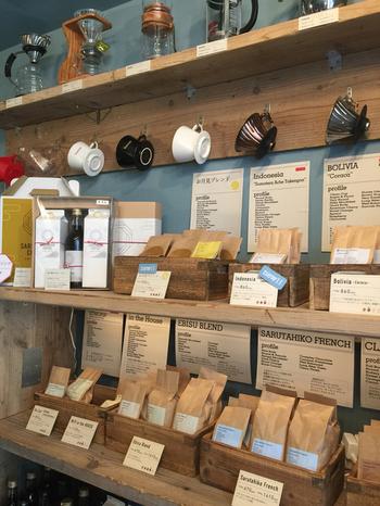 オリジナルのコーヒーキャニスターやHARIO(ハリオ)のコーヒー器具も販売しているので、自宅でも本格的なコーヒーを味わうことができますよ。珈琲愛好家たちを惹きつけてやまない名店のコーヒーとともに、至福のひとときを過ごしてみませんか?