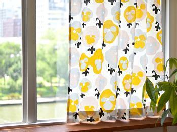 イエローのパンジーをモチーフにしたカーテン。 ベースがナチュラルな色合いなので、暖かみと明るさがあります。