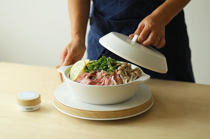 ひとり鍋は、キッチンで作ってから、そのまま鍋をお皿代わりに食べるとお手軽です。  お鍋気分をさらに味わいのなら、「ガスコンロ」または「IHコンロ」を用意するといいでしょう。 温め直したり、具材を追加したいとき、シメを作りたいときなど便利です。 最近ではスマートなデザインのIHコンロも◎
