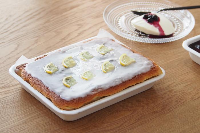 琺瑯バットは、丸みのある形、清潔感と温かみのある質感が素敵。生地を流し込んで焼きあげれば、可愛らしいケーキの出来上がりです。 お皿として、そのままテーブルに出しても大丈夫です◎洗い物も減り、いいことづくめです。