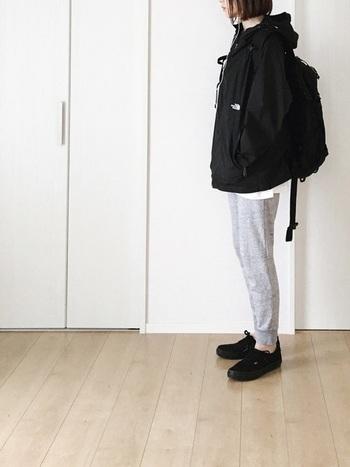 パンツ以外はブラックで統一して、クールな印象に。スエットのパンツもジャストサイズで履けば、お洒落に決まります。