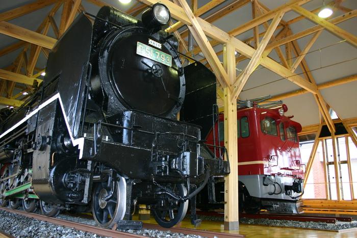 駅舎に隣接する「北陸線電化記念館」には、『D51蒸気機関車(通称:デゴイチ)』と、蒸気機関車から電車に切り替わったときに登場した、交流電気機関車が展示されています。運転席に座れるのでフォトスポットとしてもおすすめ。展望デッキからは北陸線が臨め、電車好きなら一日いても飽きない場所です。