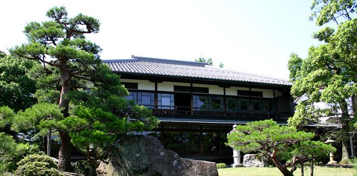 会場となる慶雲館は、明治天皇の京都行幸の折に建造されたものです。総檜造りの荘厳な雰囲気の中、鑑賞する盆梅は一見の価値あり。鉄道スクエアのすぐ向かいにあるので、一続きに楽しむことができます。