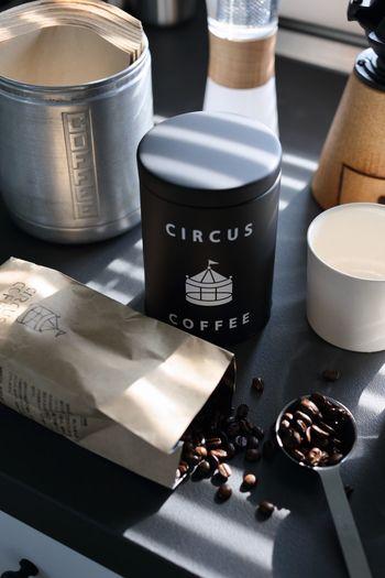 自分好みの産地やロースト度合いが決まっていて、それを基準にコーヒー豆を選ぶ方は多いと思いますが、たまにはパッケージで選んでみませんか?見た目でピンときたコーヒー豆とは、案外相性が良いかもしれません。