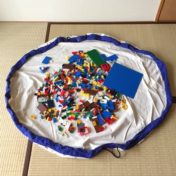 おもちゃの中でもパーツが多いブロック類は、気が付くとあちこちに散乱し、拾い集めるだけでもひと仕事ですよね。子どもに自分で片付けさせようとしても、途中で飽きてほったらかし、なんてことも少なくありません。その点、プレイマットにもなる収納袋を使うと「おもちゃを広げても良い範囲」が最初から一目瞭然です。