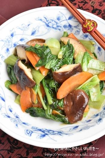 チンゲン菜と椎茸で作る野菜のうま味がたっぷりつまったボリュームある「チンゲン菜と椎茸のとろみ炒め」。とろみをつけることで調味料がよく絡みべやすくなっているのでご飯のおかわりが止まらなくなりそう。