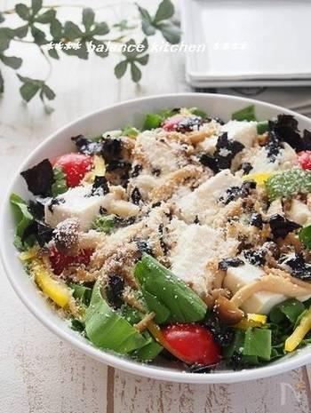 茹でたり炒めたりして使うことが多いチンゲンサイですが、こちらのサラダでは生のまま使います。きのこを炒めて作るドレッシングや、絹ごし豆腐とパルミジャーノなどソースも絶品で、パプリカやプチトマトなどの彩りも華やかなので、パーティーのサラダとして覚えておくのも良さそう。