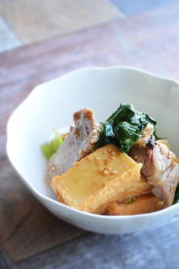 チンゲンサイ、厚揚げ、豚バラ肉で作るオイスターの味付けが絶妙な「豚肉、厚揚げ、チンゲン菜のオイスター炒め」。しかも調理時間も10分ほどでコク旨のおかずを作れてしまう、ありがたい時短レシピです。