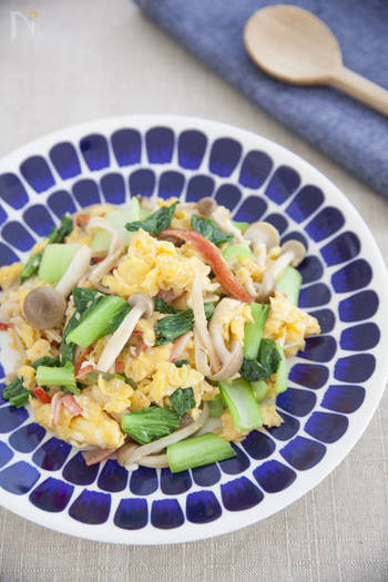 チンゲンサイの緑、卵の黄色、カニカマの赤の彩りの良い「ふわふわ卵とチンゲンサイの彩り炒め」。見た目がカラフルなだけでなく、ふわふわっとした卵の食感も◎の、簡単に作れるごちそうおかずです。