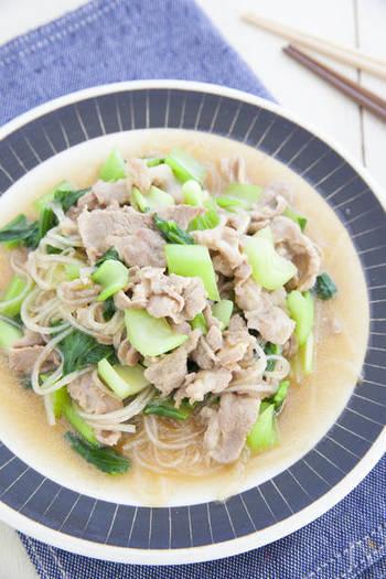 豚コマ肉、チンゲンサイ、春雨で作る「チンゲンサイと春雨のツルッと中華煮」。春雨は下茹で不要で、材料と一緒に煮るだけの簡単調理もありがたい時短レシピです。