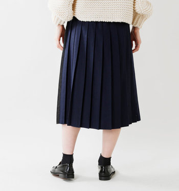 お家に一枚はある定番アイテム「ネイビースカート」。ナチュラルコーデにもきれいめコーデにも使える、頼りになる万能アイテムですよね。 アパレル店員さんに「一年中着回せますよ!」と言われるがまま、フレアスカートやタイトスカートなど、ついついネイビーのボトムスばかり手に取ってしまう方も多いのでは。