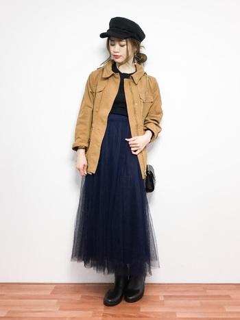 重たくなりがちな秋冬コーデにチュールスカートをオン。 ボーイッシュなアウターや帽子に柔らかい素材のネイビースカートを合わせて、絶妙な甘辛バランスにまとまっていますね。